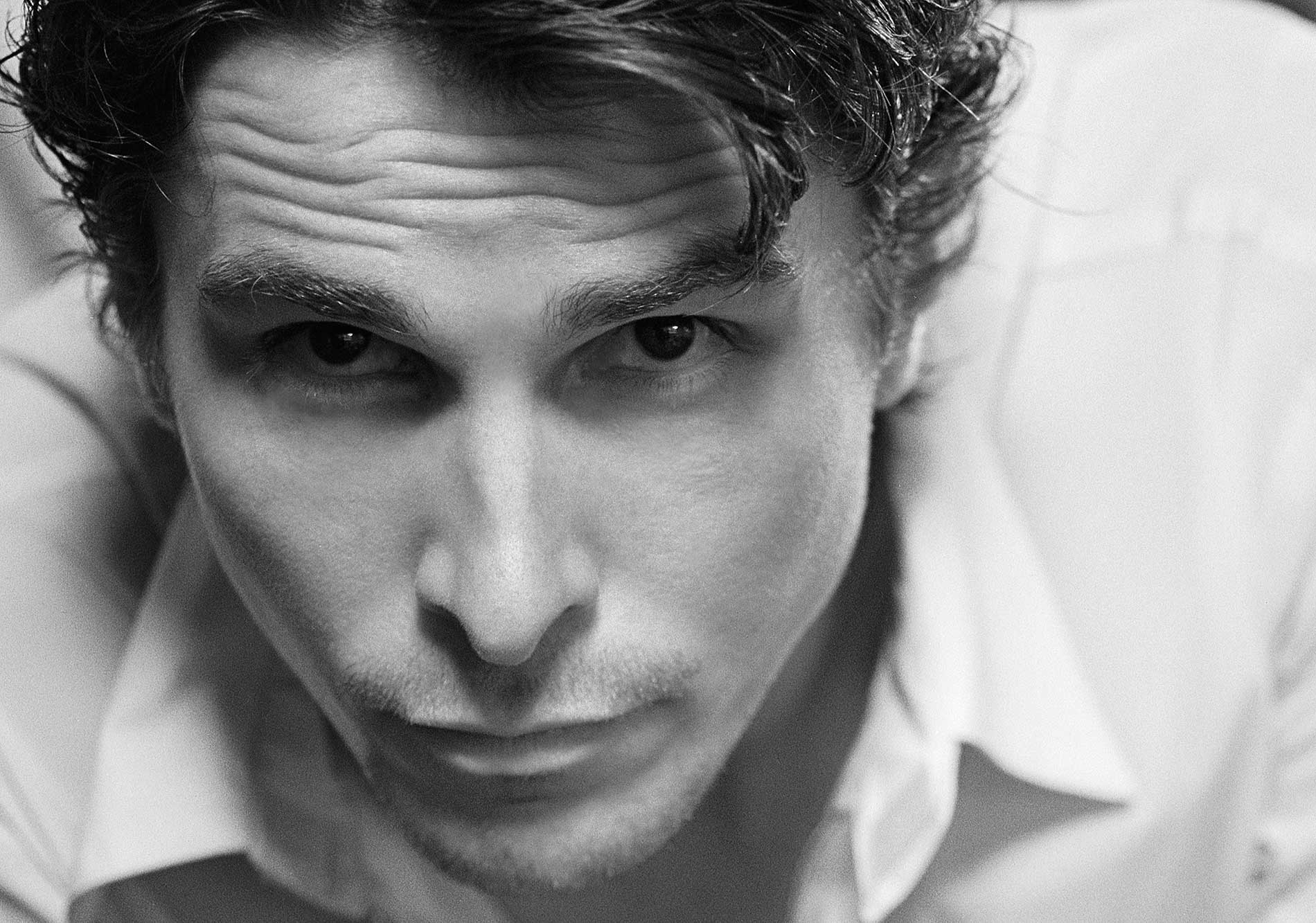 cover-christian-bale-couch-crop-605_58